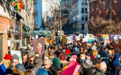 Manifester pour la Pride : la communauté LGBTQI+ résiste à Trump !