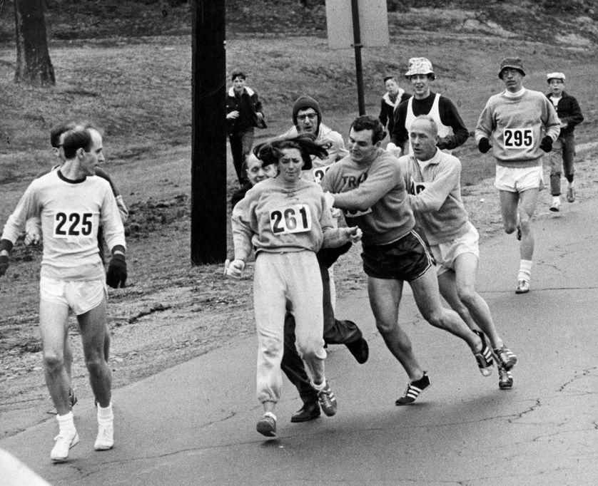 Kathrine Zwitzer, agressée le 19 avril 1967, lors du marathon de Boston.• Crédits : Boston Globe - Getty